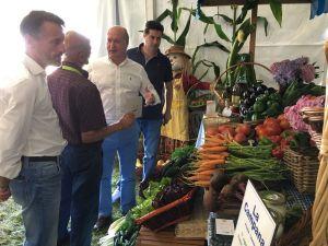 Luis Venta, durante su visita a la Feria Ecológica de Llanera.